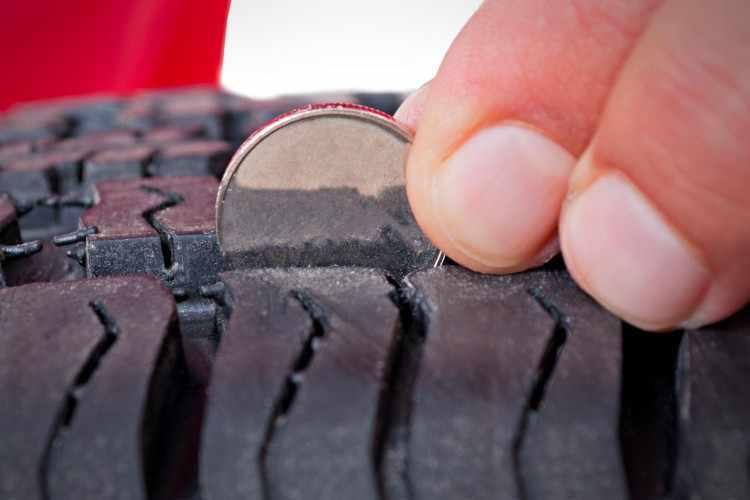 Dibujo del neumático de coche - Profundidad