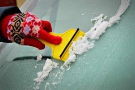 Hielo en el parabrisas: Cómo quitarlo y evitar que se forme