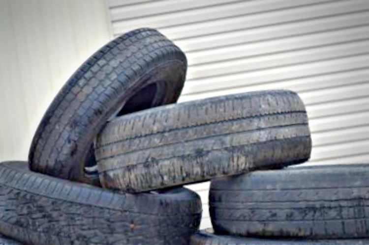 Neumaticos de coche desgastados por una mala presión