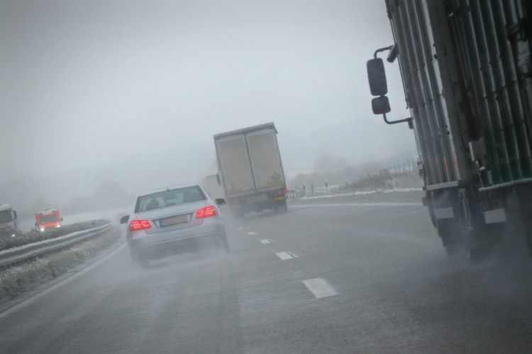 si conduce con lluvia