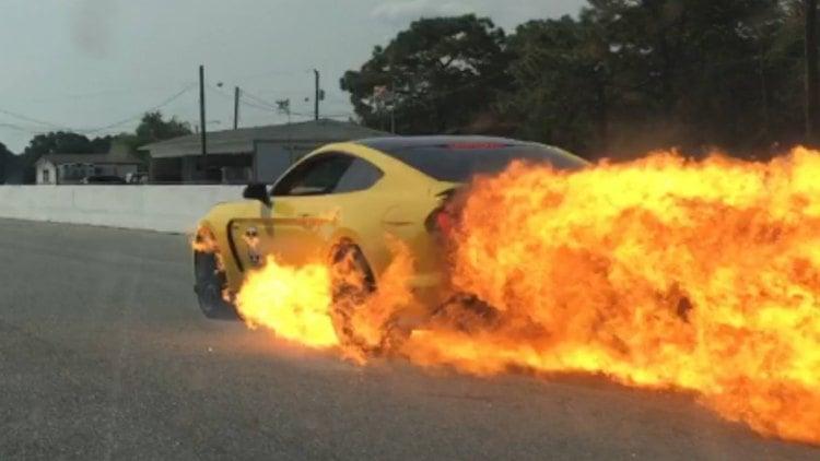 El Ford Mustang GT350 termina en llamas tras unas lanzadas