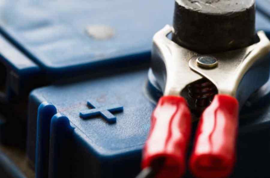 mantenimiento bateria coche agua destilada